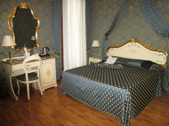 Hotel Al Gazzettino: Camera in perfetto stile veneziano