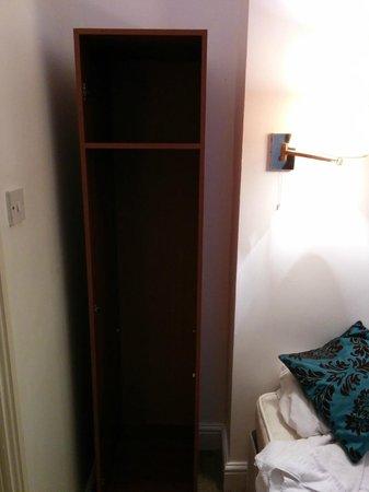 So Paddington : no hangers and doors in closet