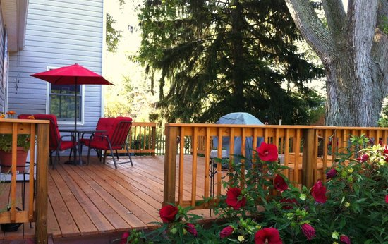 The Sinclair House Bed and Breakfast : Enjoy breakfast in the wildflower and hummingbird garden.