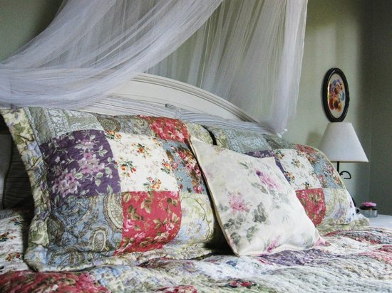 The Sinclair House Bed and Breakfast : The Wildflower room offers a queen bed and private bath.