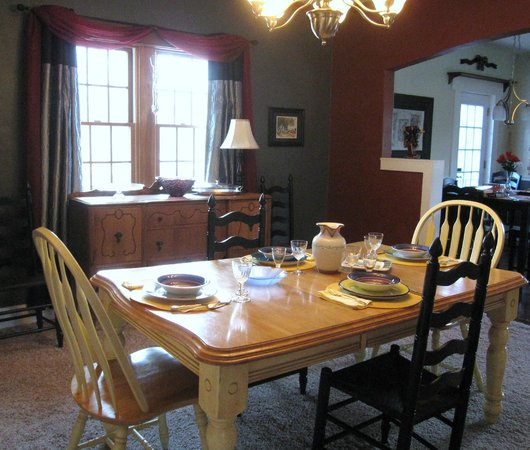 The Sinclair House Bed and Breakfast : A full hot breakfast is served each morning in the breakfast room.
