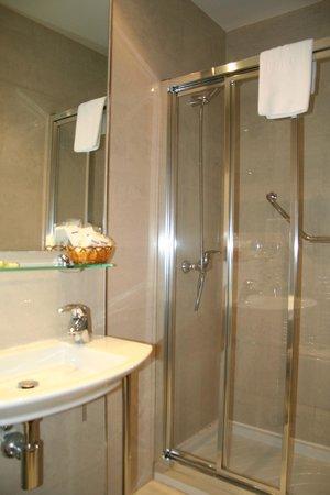 Hotel 4C Puerta Europa: baño