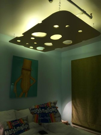Gladstone Hotel: big cheese lamp over bed