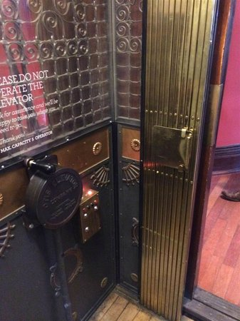 Gladstone Hotel: old elevator