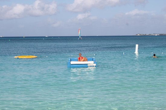 The Ritz-Carlton, Grand Cayman: Floating sun bed