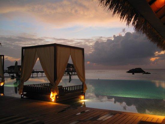 The Residence Maldives : La piscine à la tombée du jour...