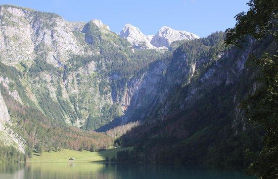 Schoenau am Koenigssee, Saksa: Obersee mit Fischunkel-Hütte und Röthbachfall im Hintergrund