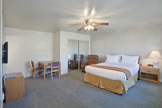 IHG Army Hotels on Fort Hunter Liggett, Gibb Hall : King Guest Room