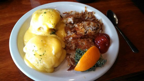 Ricky T's: Fried green tomato eggs Benedict
