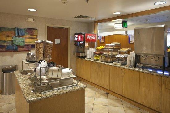 Holiday Inn Express Northern Lights Inn on Fort Wainwright (An IHG Army Hotel): Breakfast