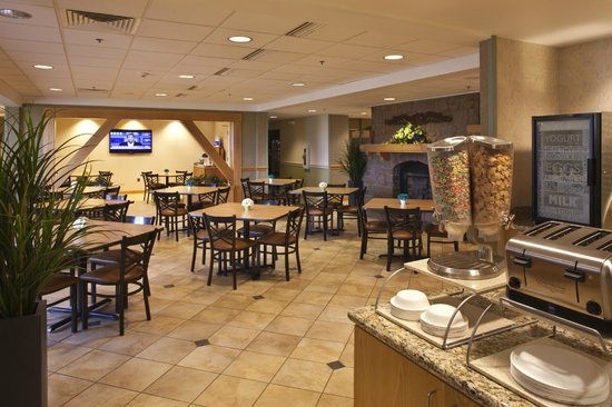 Holiday Inn Express Northern Lights Inn on Fort Wainwright (An IHG Army Hotel): Breakfast Area