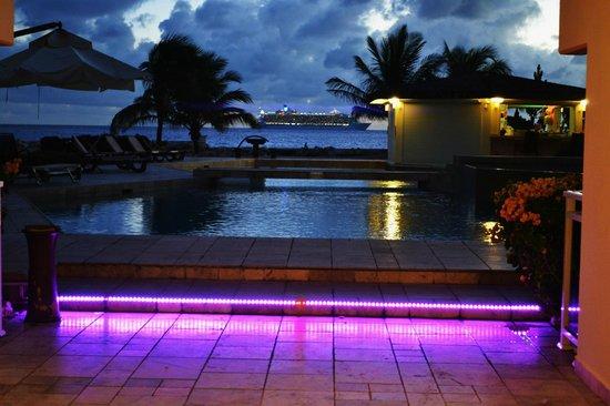 The Dream Pool Bar : Pool Bar at night