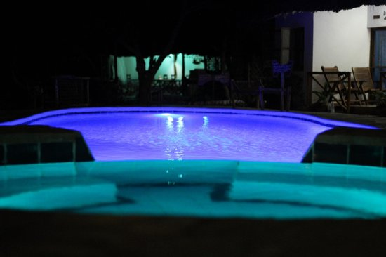 Sea View Lodge Boutique Hotel: Swimming pool at night
