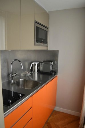 Nell Hotel & Suites: kitchenette