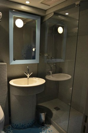 Nell Hotel & Suites: Bathroom