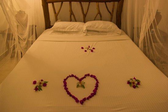 Pinewood Beach Resort & Spa: Tous les jours des fleurs sur le lit