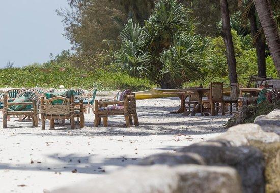 Pinewood Beach Resort & Spa: On mange les pieds dans le sable :)