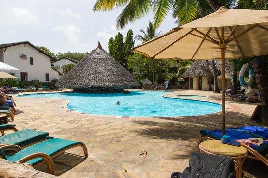Pinewood Beach Resort & Spa: piscine / bar