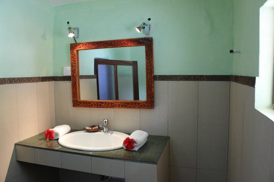 Sea View Lodge Boutique Hotel: large bathroom