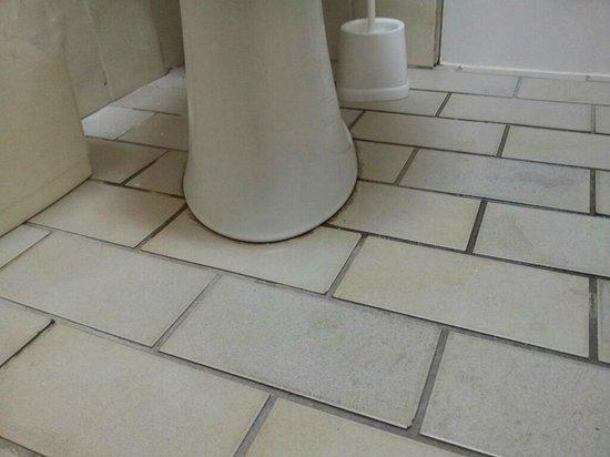 Hotel Herzog Wilhelm: bepinkelte Toilette