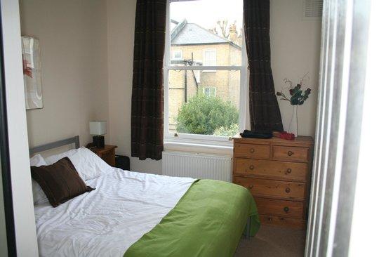 Lamington - Hammersmith Serviced Apartments: Habitación matrimonio con cama ruidosa