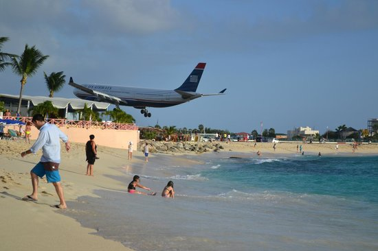Playa Maho: plane landing