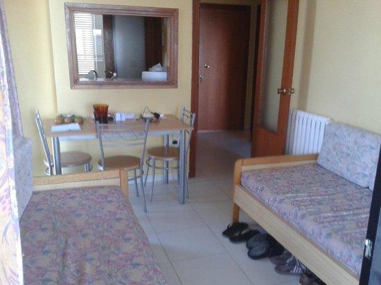 Apartamentos Luxmar: Living/dining area