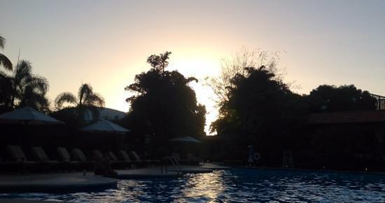El Embajador, a Royal Hideaway Hotel: entardecer na piscina
