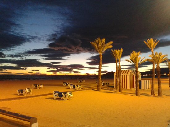 Apartamentos Luxmar: Sunset on Levante Beach, beautiful.