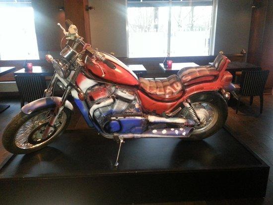 WestCord Art Hotel Amsterdam : motorcycle in hotel bar
