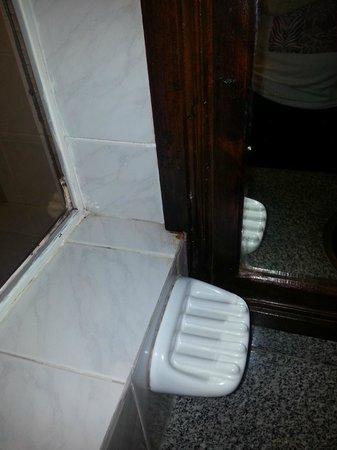 Hotel Pinares del Cerro: mas muebles viejos en el baño