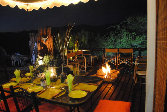 Zwartberg View Mountain Lodge: dinner on the deck under the stars