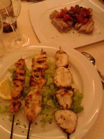 Trattoria Pizzeria del Buontempone : Spiedini alla griglia e tagliata di tonno