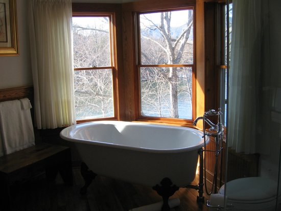 The Lodge on Lake Lure : Just love the deep tub in the bathroom. Great view!