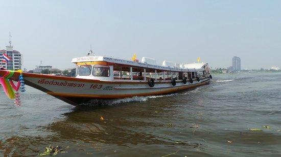Chatrium Hotel Riverside Bangkok : passing boat