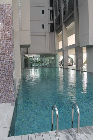 V Hotel Lavender: pool im 4.stock