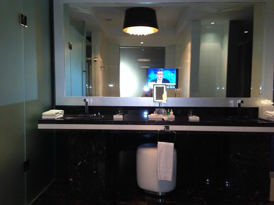 Hotel Beaux Arts Miami: Bathroom, in mirror TV