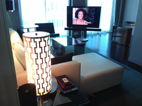 Hotel Beaux Arts Miami: Living-room and desk