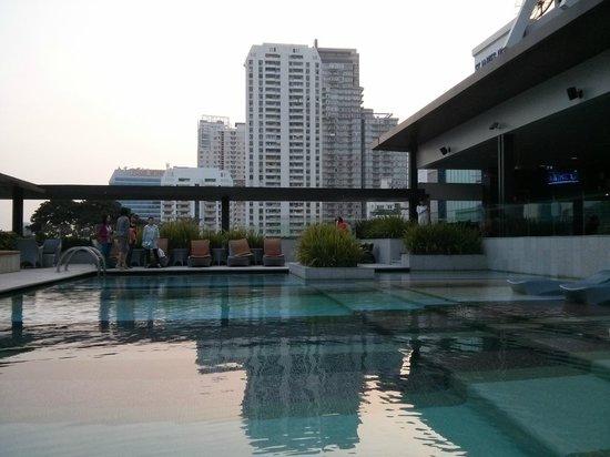 DoubleTree by Hilton Sukhumvit Bangkok: Poolside