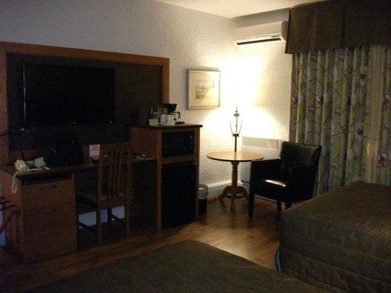 Hotel L'Oiseliere - Montmagny : Chambre régulière, T.V plasma, cafetière, frigo, micro-ondes