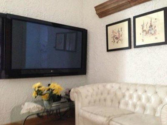 Casa a Mare : il maxi schermo nel salone: Wow !!