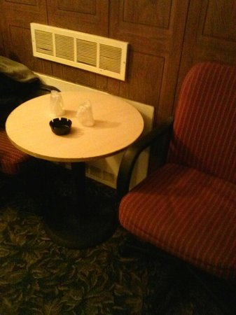 DE Lido : Table and chairs with complimentary plastic cups & ash tray