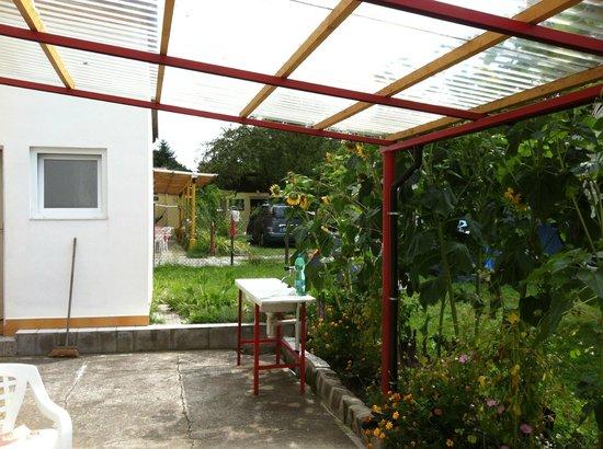 Autocamp Trojska : Diskutrymme och trädgårdsmöbler som fritt kan användas