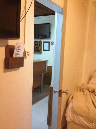 Posada del Rio: Porta do quarto e recepção.