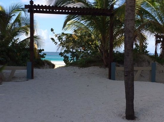 Culebra Beach Villas: entrance for the beach