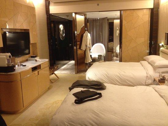 The Ritz-Carlton Shanghai, Pudong : Interior do quarto