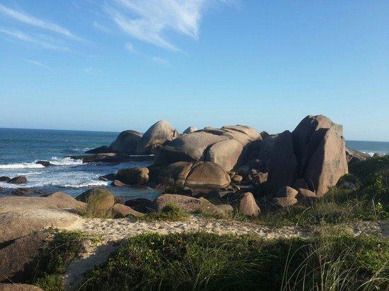 Praia Mole : Praia belíssima, as pedras deixam o visual ainda mais lindo!