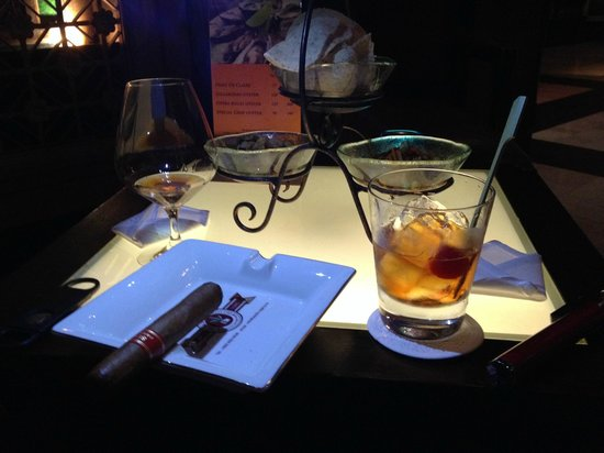 The Dhara Dhevi Chiang Mai: Drinks and Cigar at the Horn Bar