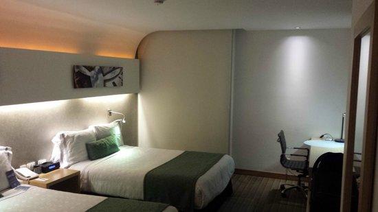 Sonesta Hotel Bogota: Janela com cortina eletrônica e decoração em LED
