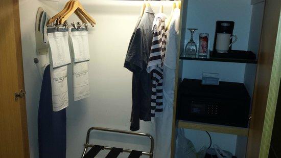 Sonesta Hotel Bogota: Guarda roupas embutido muito espaçoso. Com ferro de passar roupas.
